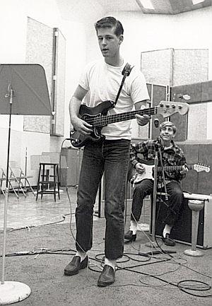 Brian tocando el bajo. Detrás, David Marks (1962)