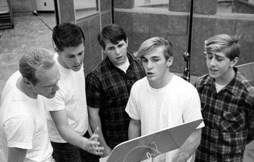 Brian (segundo por la izquierda) instruye a Mike, Carl, Dennis y David Marks (1962)