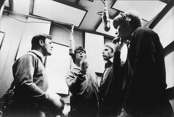 """Brian Wilson dirige una sesión vocal durante la grabación de """"Pet Sounds"""""""