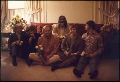 Los Beach Boys y el Maharishi en 1968. La foto es de Linda McCartney.