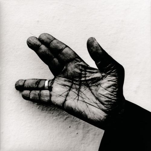 La mano de Hooker fotografiada por Anton Corbijn en 1994