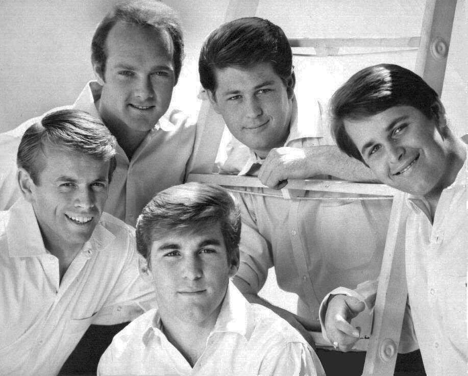 Desde la izquierda, en el sentido del reloj: Al Jardine, Mike Love, Brian Wilson, Carl Wilson y Dennis Wilson