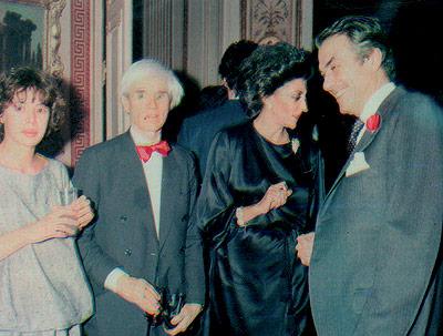 Desde la izquierda, Agatha Ruíz de la Prada, Warhol y Pitita Ridruejo. Madrid, 1983 (Foto: El Mundo)