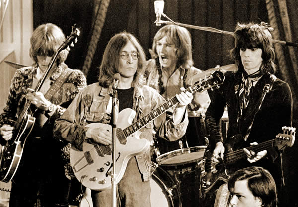 Desde la izquierda, Eric Clapton, John Lennon, Mitch Mitchell y Keith Richards (1968)
