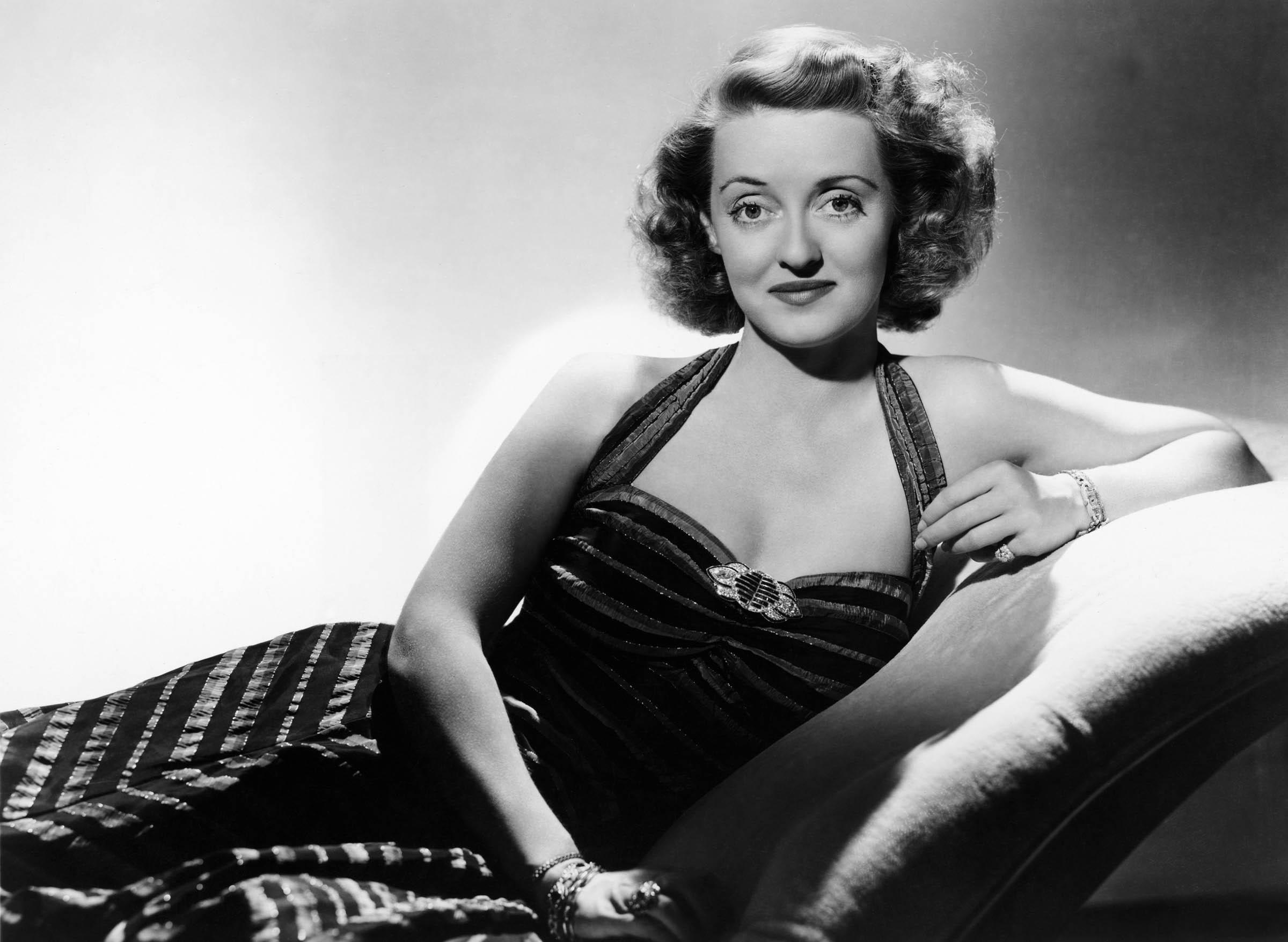 Bette Davis en una foto de promoción