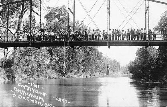 Los cuerpos de Laura y Lawrence Nelson cuelgan del puente, Okemah, 1911