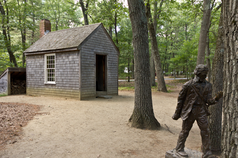 Réplica de la cabaña de Thoreau en la ubicación original y estatua del escritor