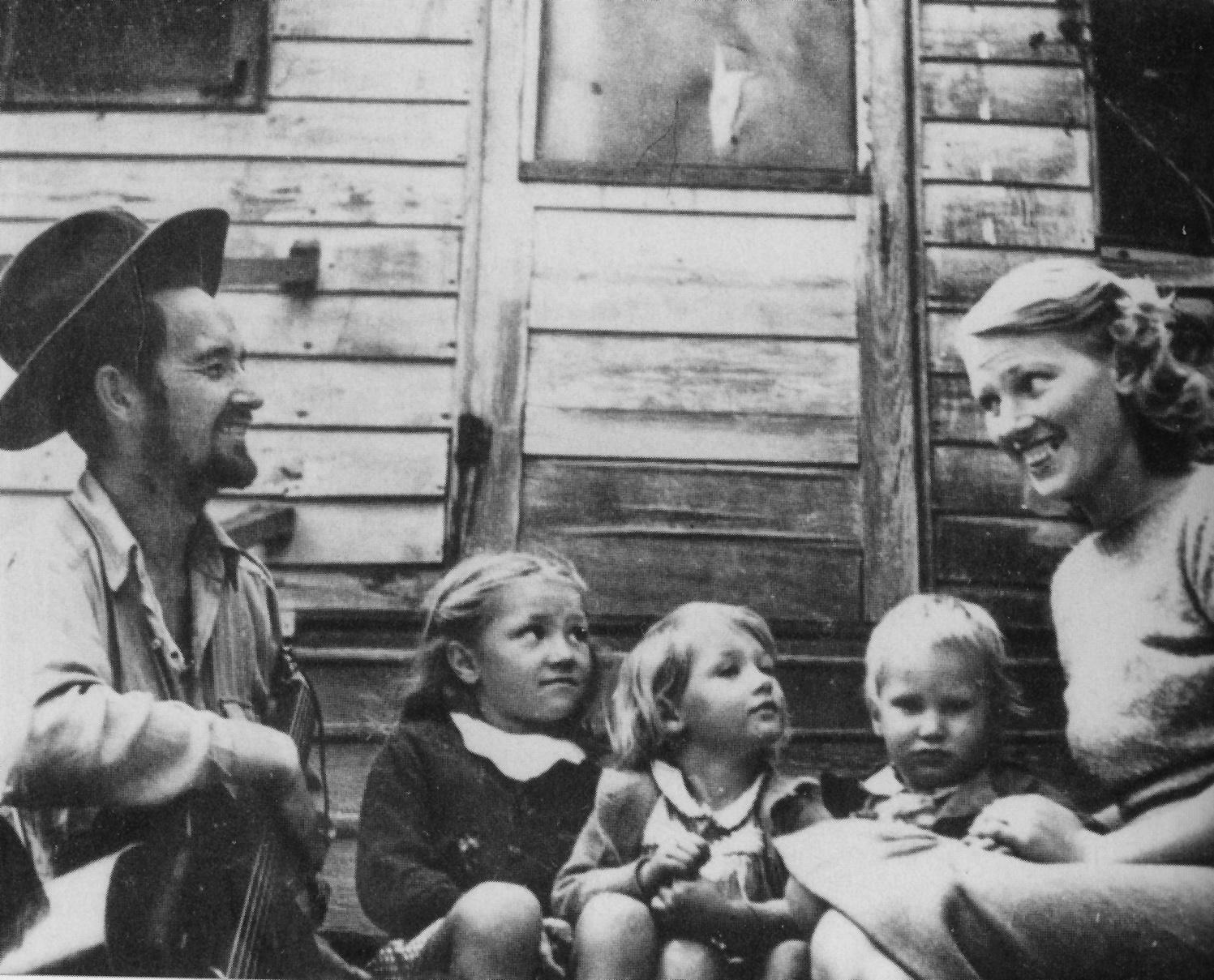 Woody y su primera esposa, Mary, con los tres hijos de la pareja (Gwen, Sue y Bill) frente a su casa en Los Ángeles, 1941