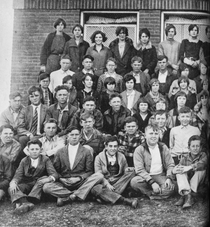 Alumnos del instituto de Okemah. Woody es el primero por la derecha de la fila de abajo, 1926-1927