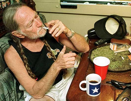 Nelson fumando marihuana en el autobús