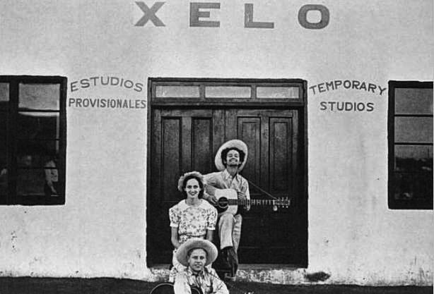 Woody y Lefty Lou ante los estudios de XELO, en Tijuana, 1938