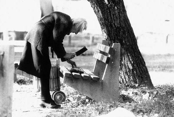 Anciana cortando carne en el parque. Belgrado (Boogie, 1993)
