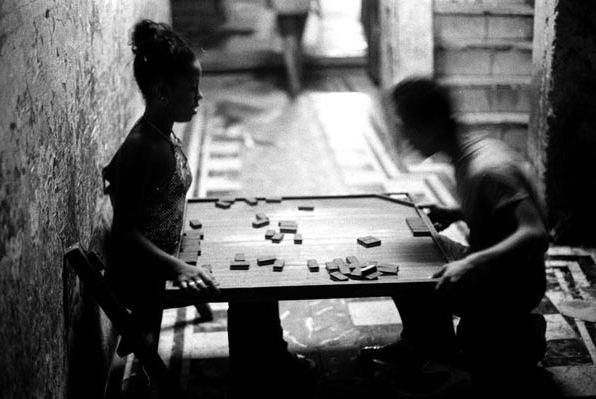 Una pareja juega al dominó en La Habana durante un corte de luz (Boogie, 2003)
