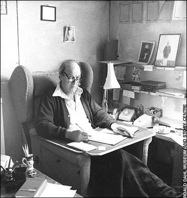Roald Dahl en su mesa de trabajo