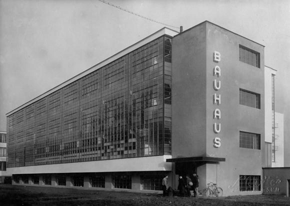 El edificio que Walter Gropius diseñó para la Bauhaus de Dessau (1926)