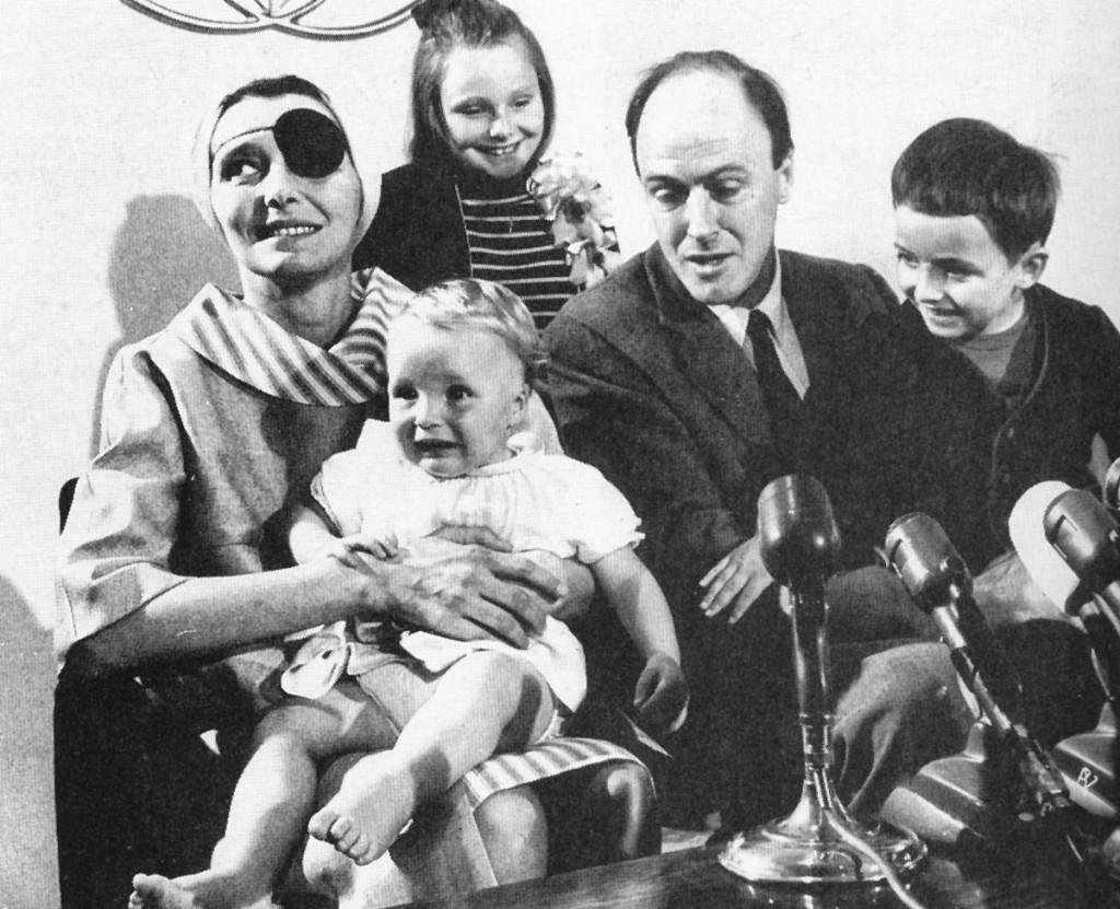 Dahl y su familia en 1965, tras los aneurismas que sufrió Patricia