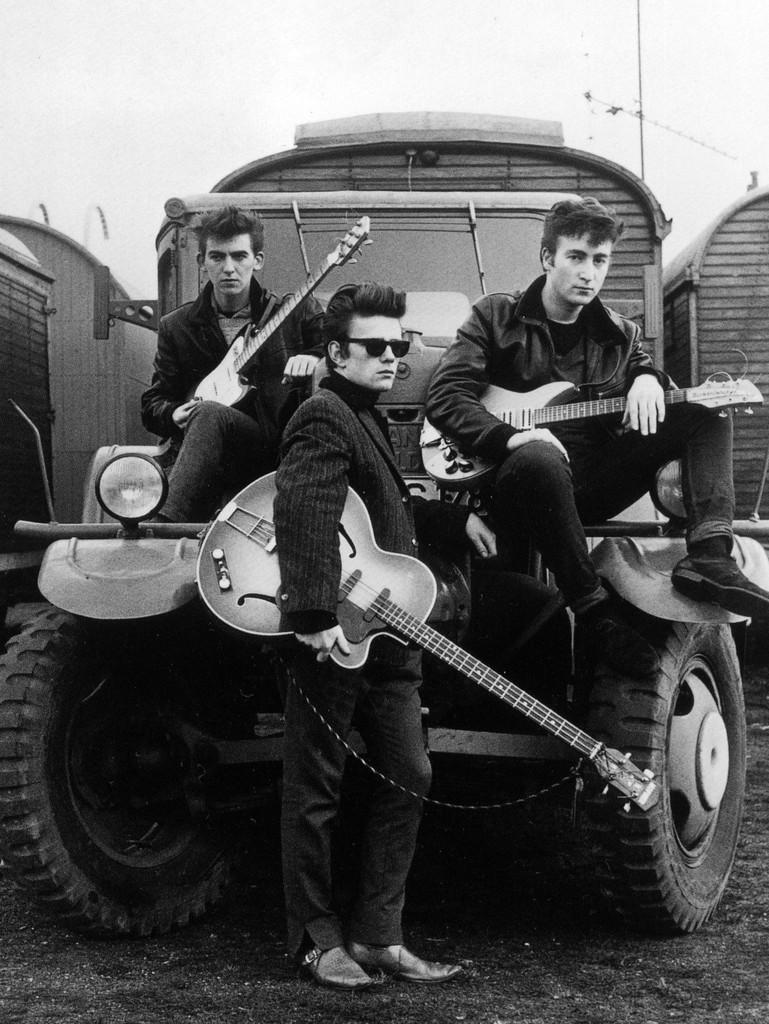 Tres 'beatles', 1960. Desde la izquierda: George Harrison, Stuart Sutcliffe y John Lennon