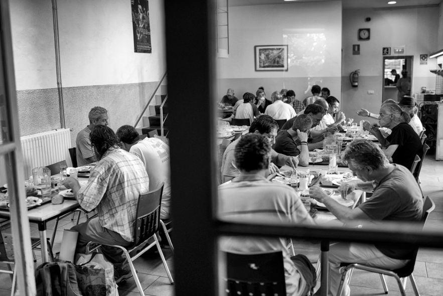 Comedor de beneficencia en Gerona, donde el Ayuntamiento ha anunciado que cerrará los contenedores de basura para evitar que la gente rebusque en ellos (Foto: Samuel Aranda para The New York Times)