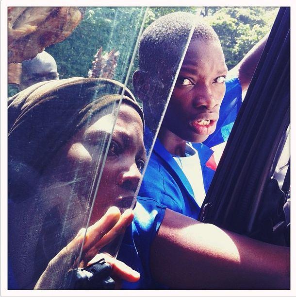 Vendedores ambulantes buscan clientes entre los pasajeros de un autobús, Uganda, 21 de mayo, 212 (Instagram de Peter DiCampo)