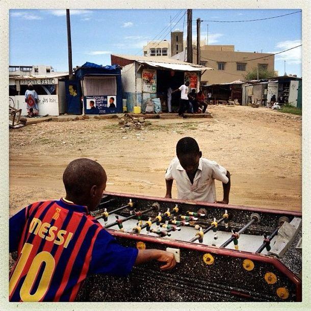 Niños jugando al futbolín en Dakar, Senegal, 28 de sept., 2012 (Foto: Holly Pickett)