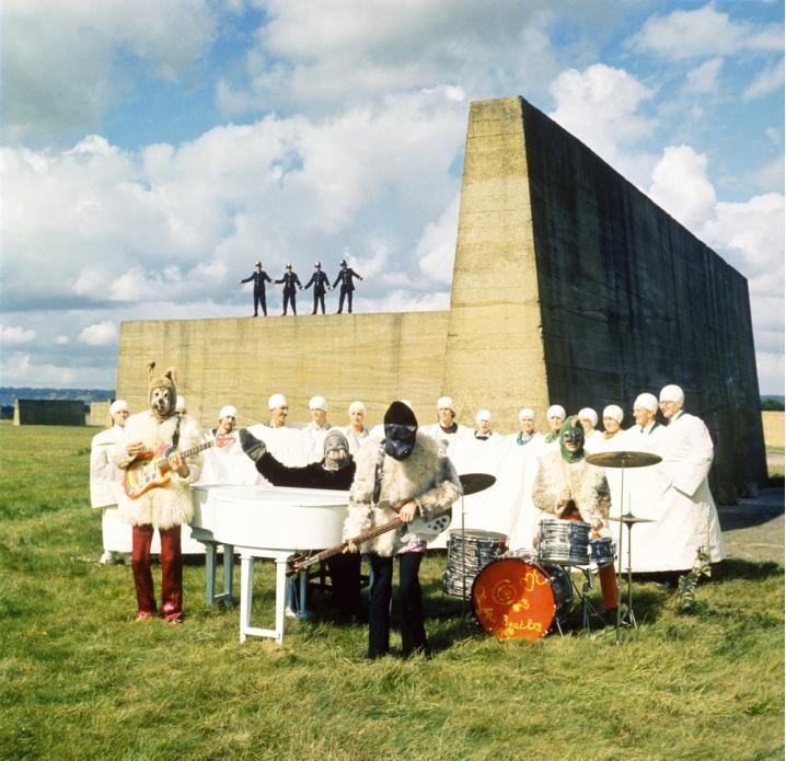 """Foto fija del 'clip' de """"I am the walrus"""" en """"Magical Mistery Tour"""""""