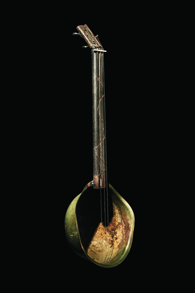 Instrumento de cuerda fabricado con una escopeta y un casco - Foto: David Franco