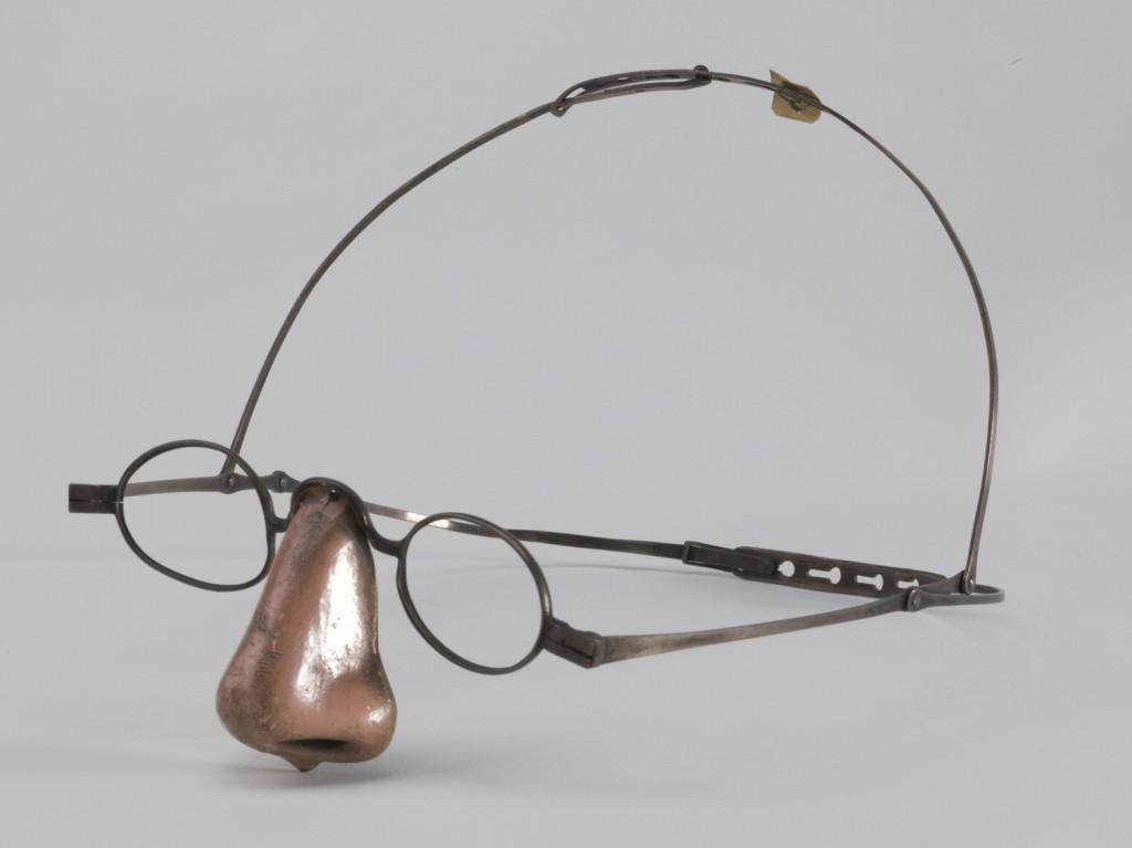 Silver prosthetic nose  Una nariz falsa de mediados del siglo XIX para cubrir la ausencia de nariz de una enferma de sífilis (Hunterian Museum at the Royal College of Surgeons)