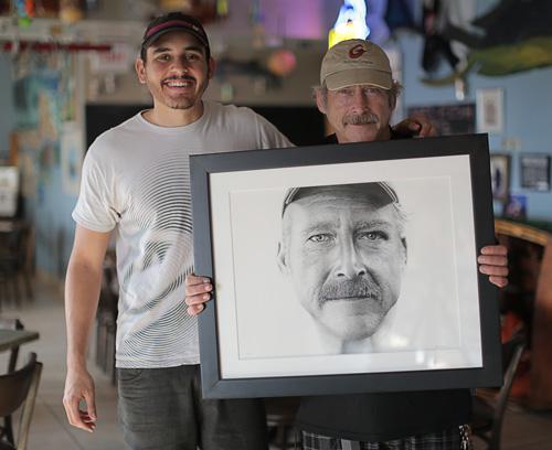 Miguel Endara y Benjaman Kyle sujetando su retrato