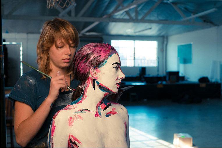 Alexa Meade pinta a Sheila Vand - Foto: David Branson
