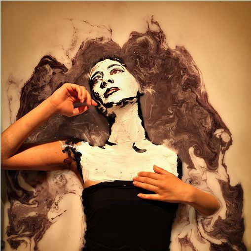 'Doll Face // Who, Me?' - Alexa Meade y   Sheila Vand