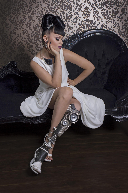 Viktoria Modesta Moskalova con  una prótesis de Sophie de Oliveira Barata - Foto: Rosemary Williams