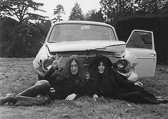 John y Yoko y el coche del accidente