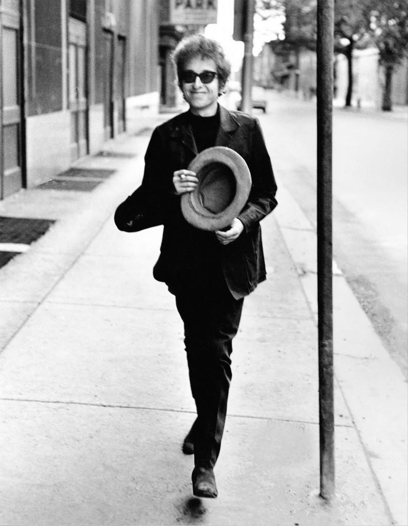 Bob Dylan Walking With Top Hat, Philadelphia, 1964  © Daniel Kramer
