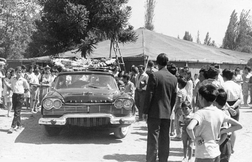 Cortejo fúnebre de Violeta Parra en La Carpa