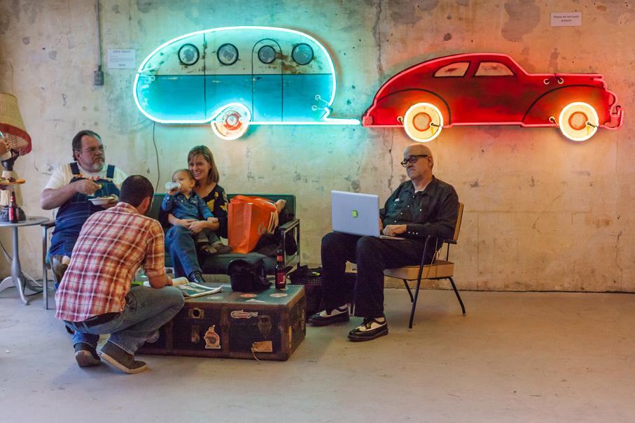 Uno de los neones de Todd Sanders expuestos en Roadhouse Relics
