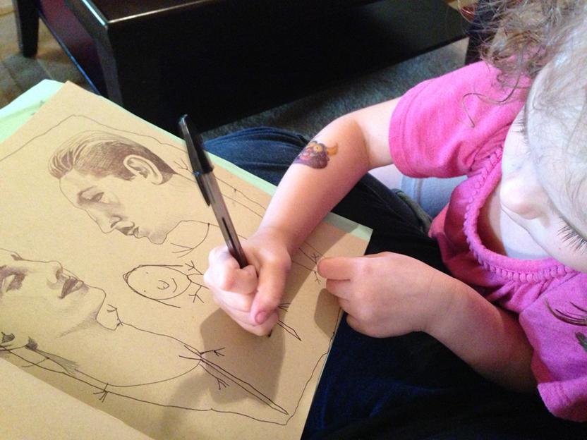 Myla completa uno de los dibujos de su madre