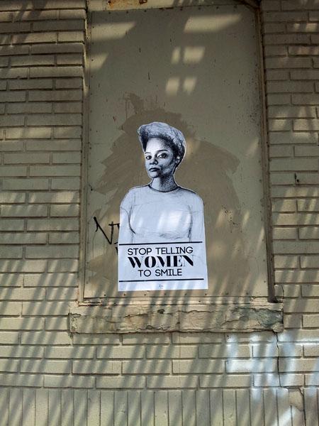 'Deja de decirles a las mujeres que sonrían'