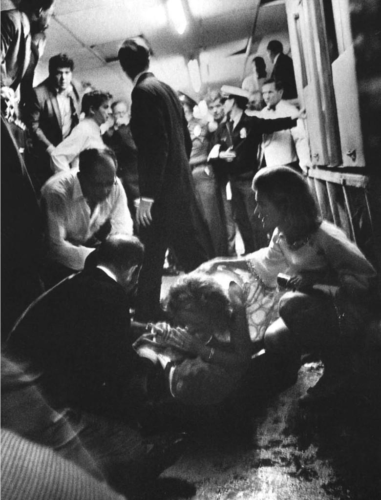 Bill Eppridge - Ethel Kennedy habla con su esposo moribundohusband Robert 1968