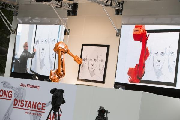 Uno de los robots de Kiessling dibujando en Berlín al mismo tiempo que el artista