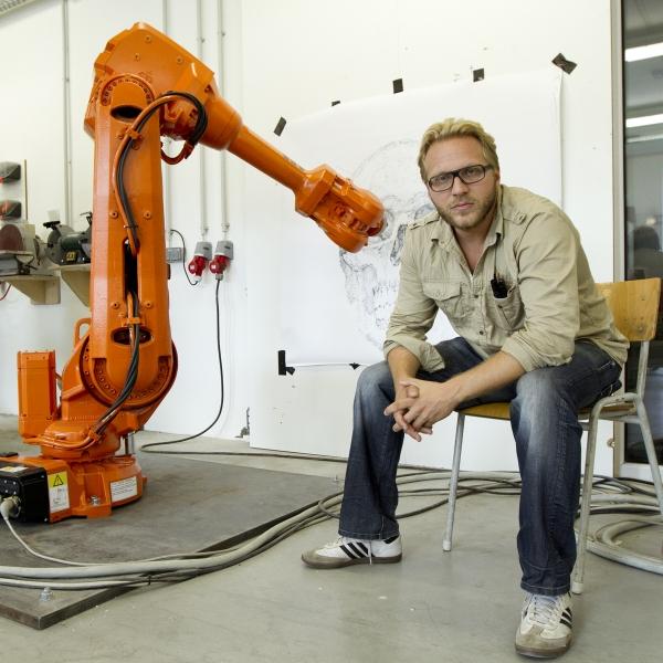 """Alex Kiessling y uno de sus """"robots asistentes"""""""