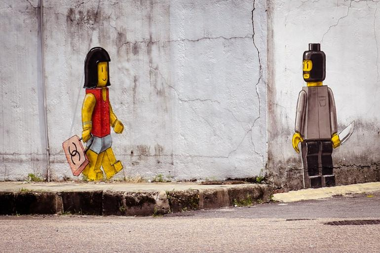 La polémica obra callejera con personajes de Lego - Ernest Zacharevic