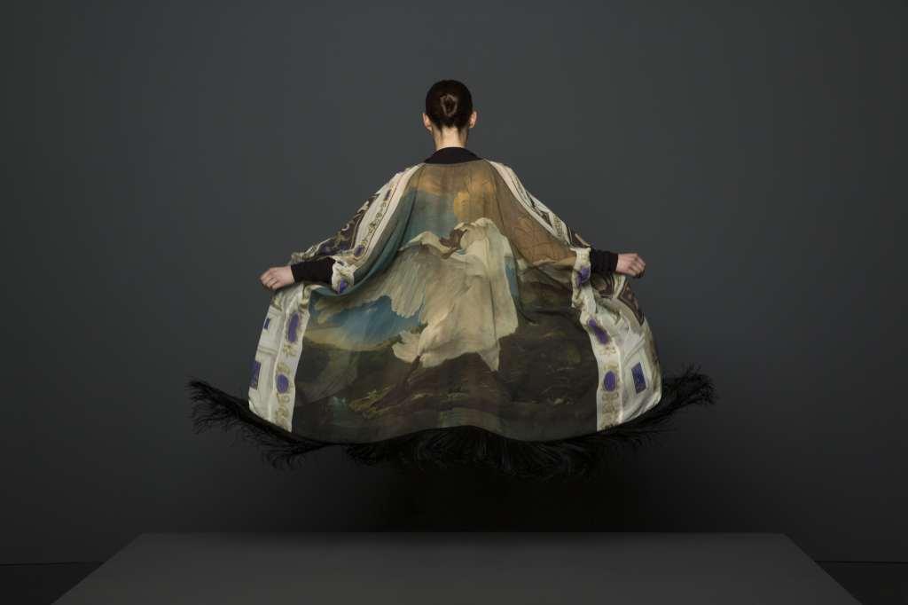 Kimono de seda de Norwegian Wood inspirado en 'El cisne amenazado' (c.1650), de Jan Asselijn
