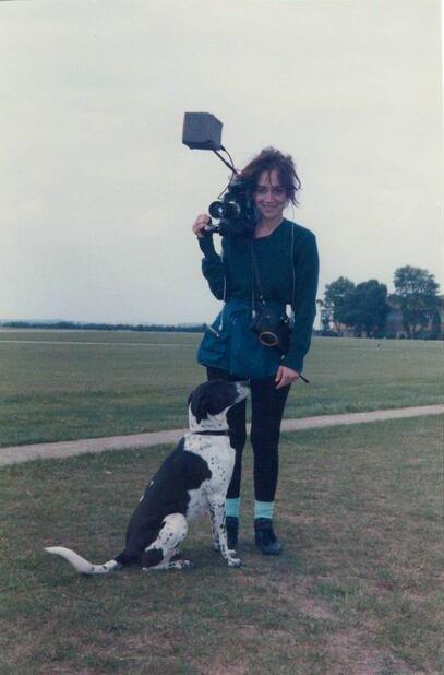 """Vivian Kubrick y el perro Stanley en un set de """"La chaqueta metálica"""", 1986"""