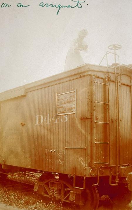 Haciendo una foto desde un vagón de tren, entre 1905 y 1910