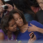 Sasha y Malia Obama se hacen un 'selfie', 2012