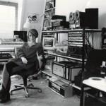 """En su habitación, donde escribió la banda sonora de """"La chaqueta metálica"""", 1987"""