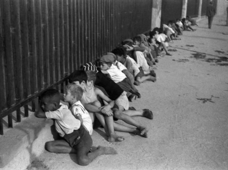 Do lado de fora do Estádio do Pacaembu. São Paulo, SP. 1941. Foto: Thomaz Farkas/Acervo IMS