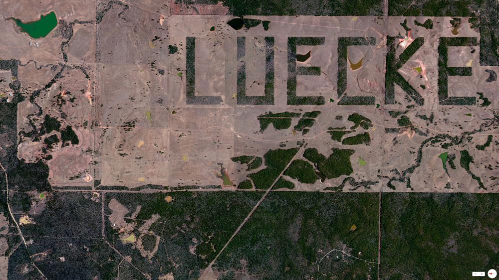 'Luecke, inscripción en una granja de Smithville (Texas, EE UU) cuyo dueño se apellida así -  © 2014, Daily Overview