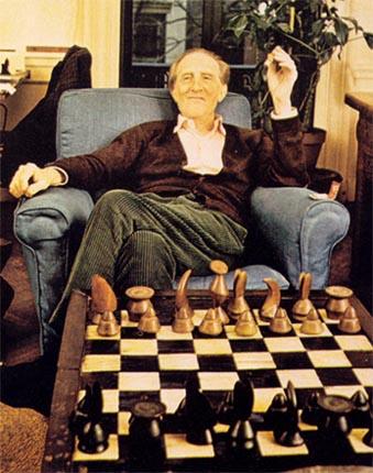 Duchamp con un ajedrez diseñado por el artista surrealista Max Ernst