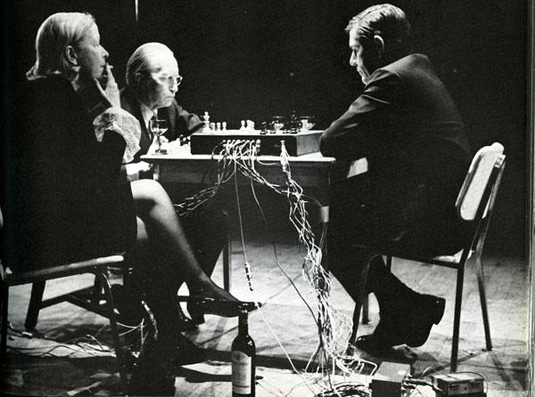 Duchamp, junto a su mujer Teeny, enfrentándose a John Cage en una partida de ajedrez